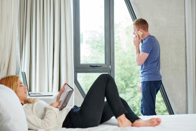 自宅で休んで若いカップル