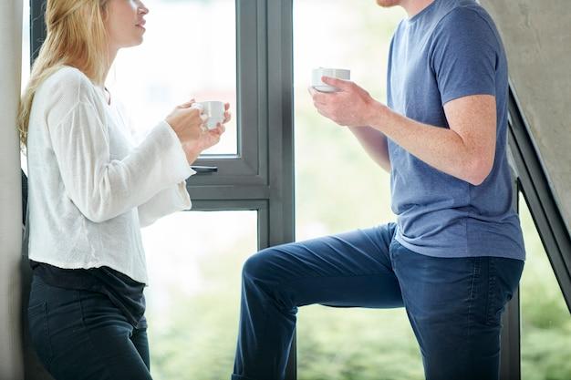 カップルの話とコーヒーを飲む