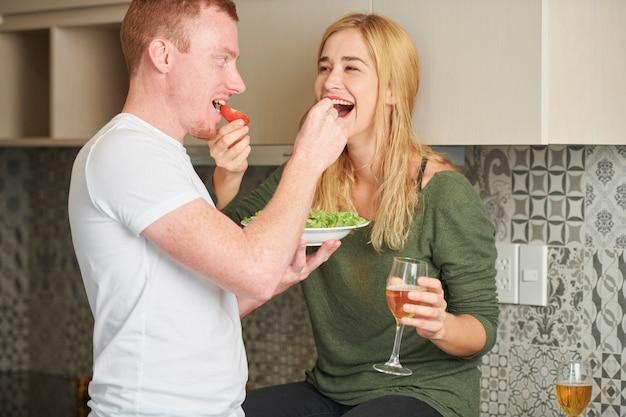 Парень и девушка кормят друг друга