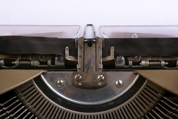 Фрагмент старой пишущей машинки крупным планом.