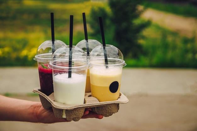 さわやかな夏の飲み物はコーヒーショップから持ち帰ります。ミルクセーキ、コーヒー、スムージー。