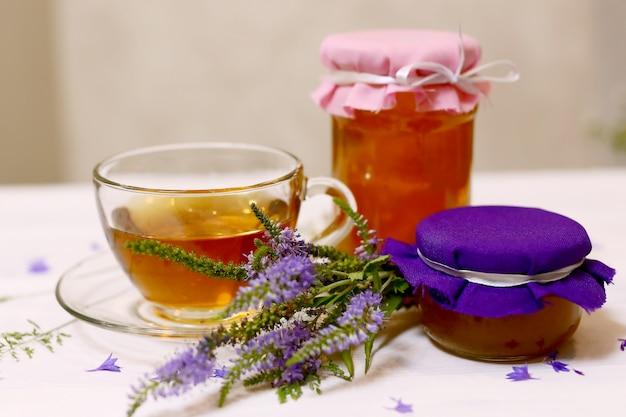 蜂蜜とハーブティー。健康的な生活様式