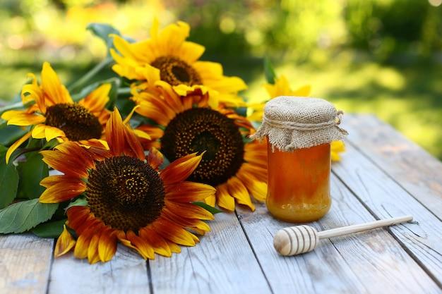 健康的な生活様式。蜂蜜とハーブ。ひまわり