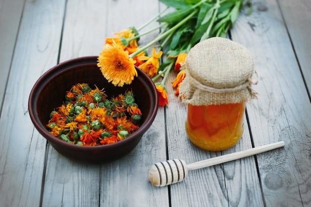 蜂蜜とハーブ、健康的なライフスタイル、カレンデュラの花
