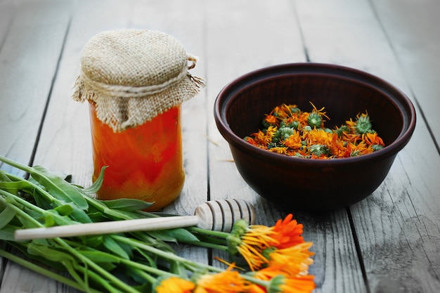 蜂蜜とハーブ、カレンデュラの花