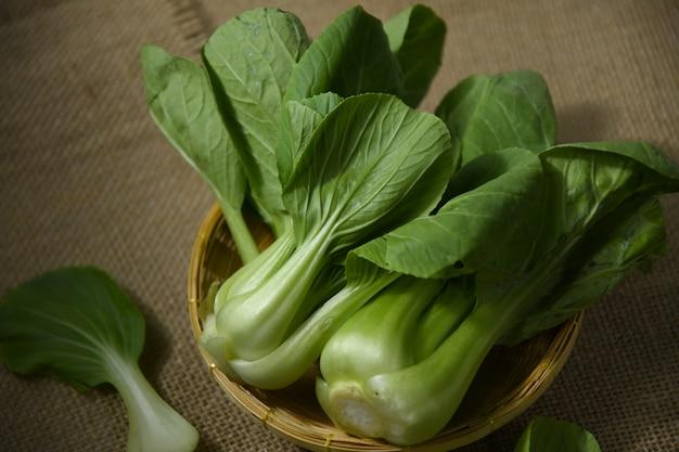 かごの中の青梗菜