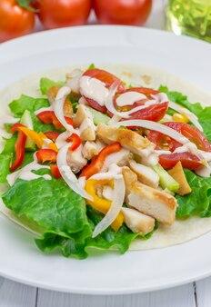 Жареное куриное филе на пшеничной лепешке с салатом из свежих овощей