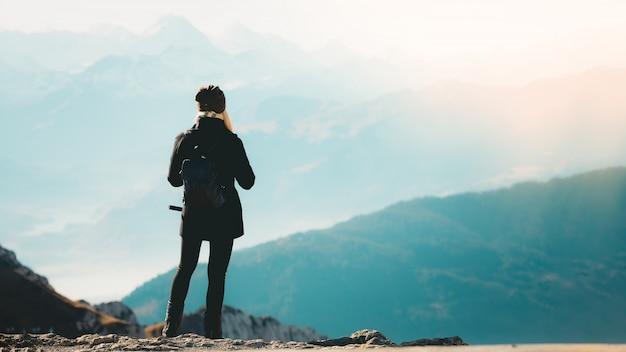 ウォーキングや山でのハイキングのバックパックを持つ少女
