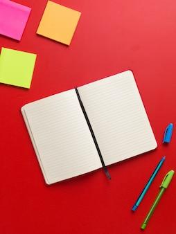中央に開いている空白の赤いノートの平面図