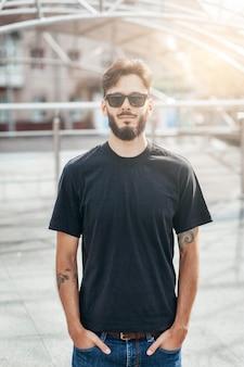 Стильный мужчина с бородой в черной футболке