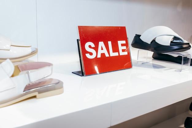 Красная распродажа на полке для обуви