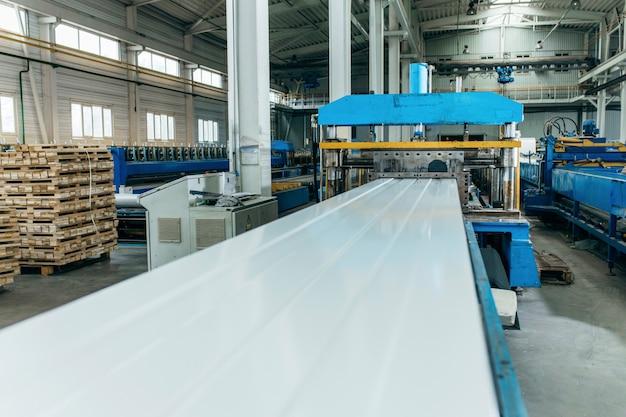 Производство металлических профнастилов и панелей.