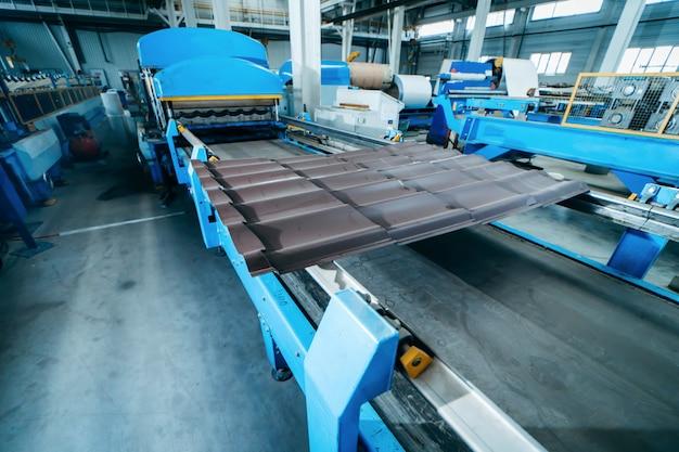 金属のプロのフローリングとパネルの生産。