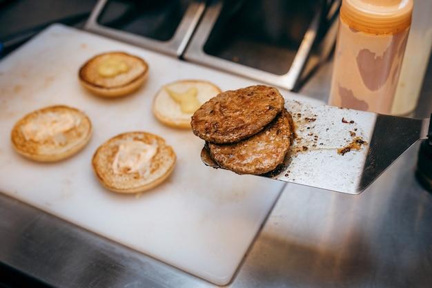 キッチンで料理のハンバーガー