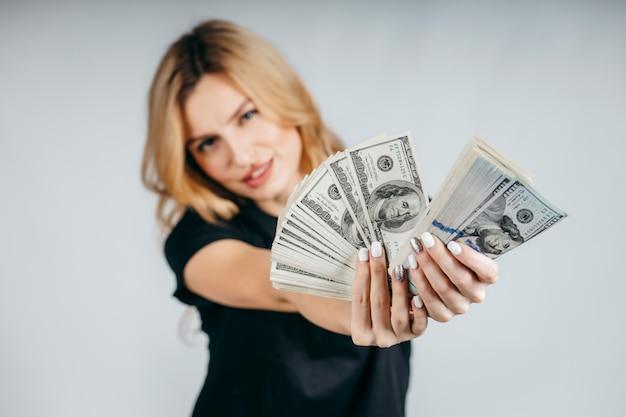 白い背景の上の女性を示すお金