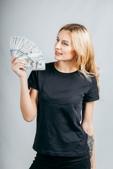 Блондинка женщина держит много денег