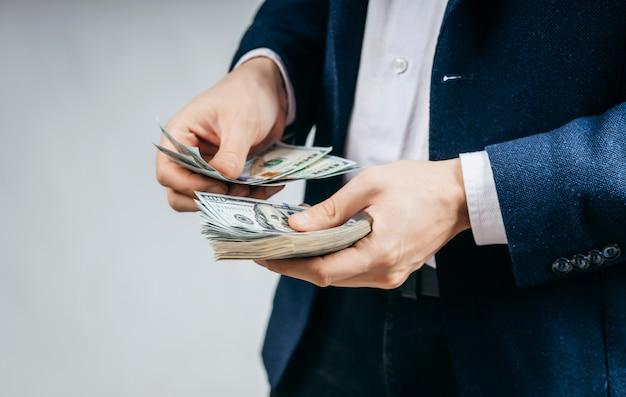 Бизнесмен, считающий долларовые купюры