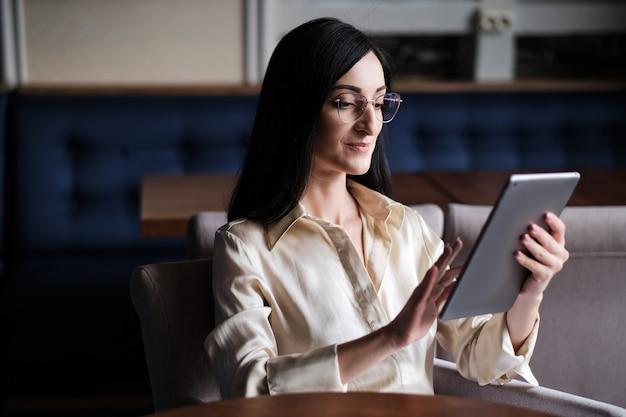 タブレットに取り組んでいる女性実業家