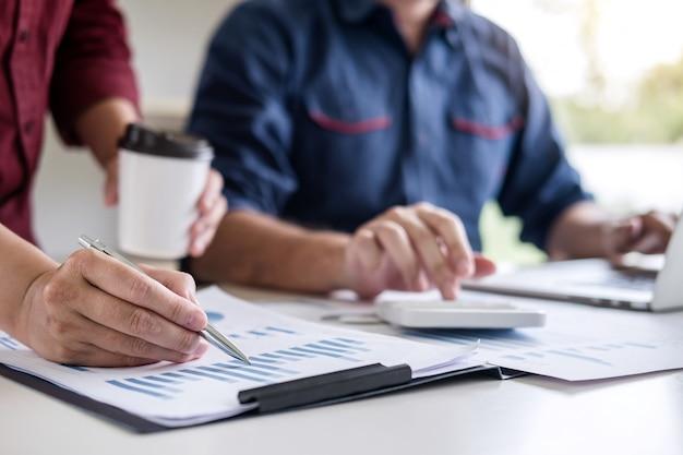 一緒に働くビジネスチーム会議は新しいプロジェクトと議論し、分析しています