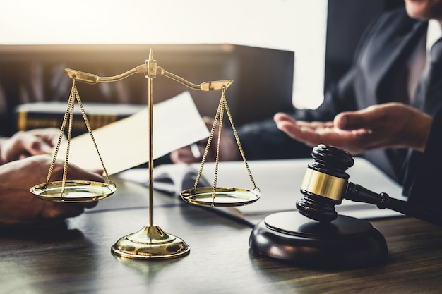 ビジネスマンや男性弁護士やクライアントとのチーム会議を持つ裁判官カウンセラー
