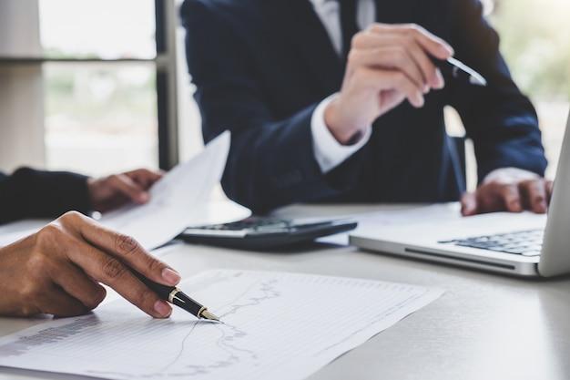 Бизнес команда работает с компьютером, ноутбуком, обсуждения и анализа графика фондового рынка торговли