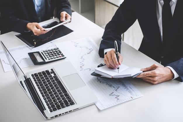 Бизнес команды инвестиций, работающих с компьютером и анализ графиков фондового рынка торговли