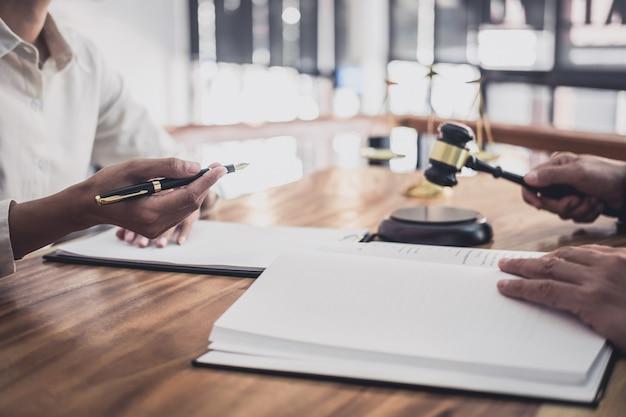 弁護士や裁判官相談実業家クライアントとのチーム会議
