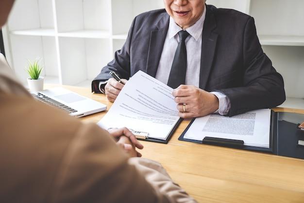 就職の面接で履歴書を読むボード、若い女性の求職者に面接する雇用主