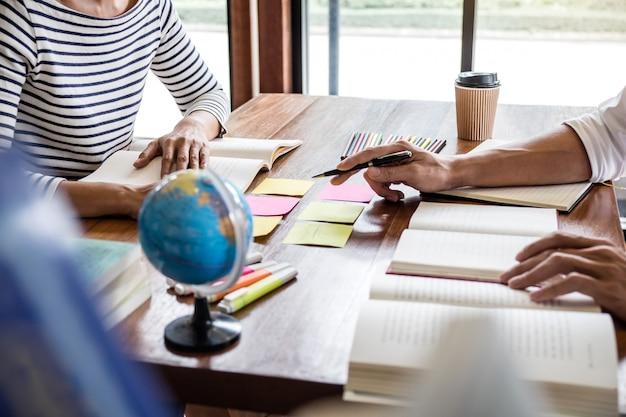学生のキャンパスやクラスメートは、友人がワークブックに追いついて教室で個別指導を学ぶのを手助けします