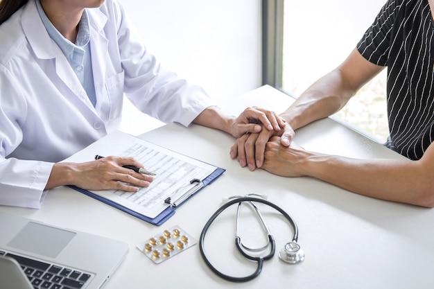 Доктор, касающийся терпеливой руки для поддержки и сочувствия в больнице, приветствия и поддержки