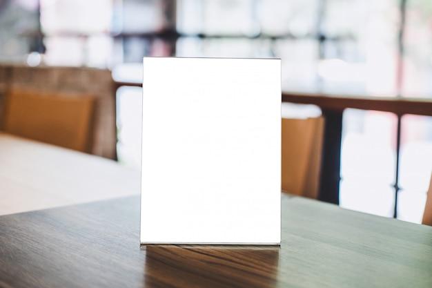 アクリルの空白のフレームテンプレート、コーヒーショップやレストランのテーブルの上の空白のメニューフレーム