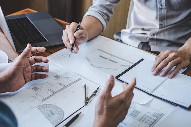 エンジニアチームワーク会議、パートナーと連携するプロジェクトの青写真会議に取り組む図面