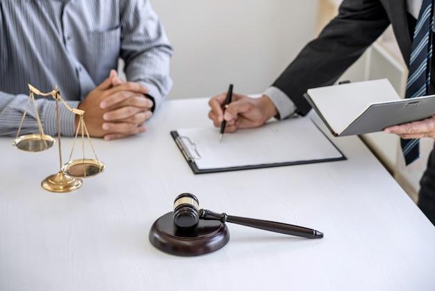 弁護士と働くプロのビジネスマン