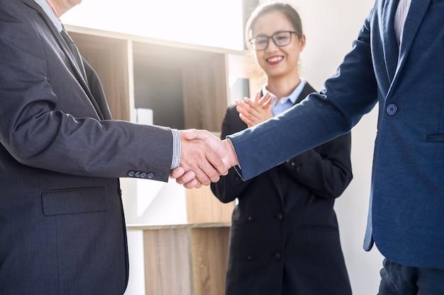 取引契約の良い取引を議論した後のビジネスの握手