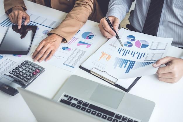 ビジネスの人々の会議および結果を示すチャートおよびグラフの議論
