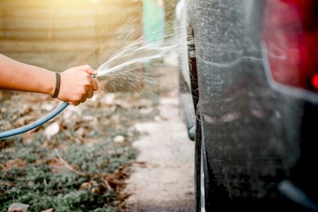 加圧された水を噴霧して男を洗ってきれいにする