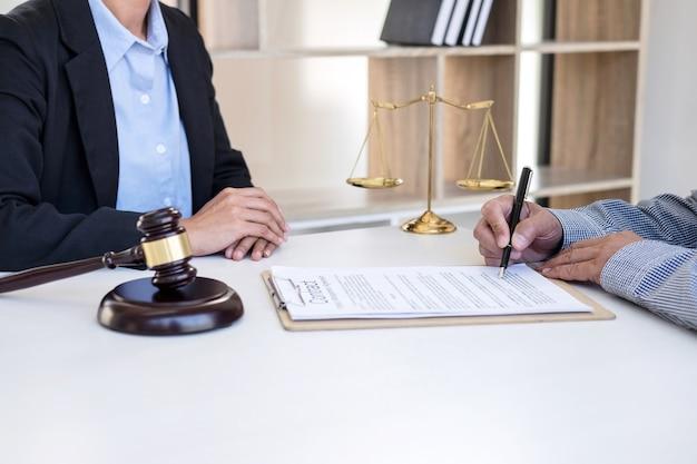 女性弁護士と女性顧客の相談