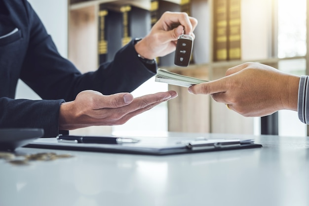 Продавец посылает ключ клиенту после соглашения о хорошей сделке и получает деньги
