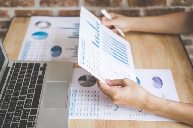 Молодой мужской анализ рабочего финансирования с расчетом о стоимости на документе данных об инвестициях