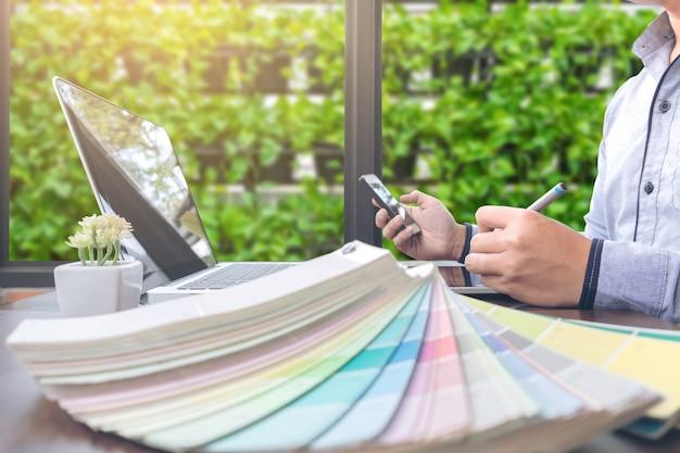 グラフィックスタブレット、ラップトップ、スマートフォンで作業するクリエイティブな創造性グラフィックデザイナー