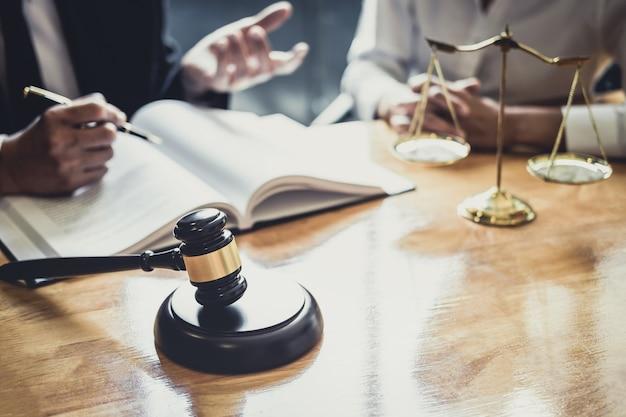 法廷で働いている弁護士やカウンセラーが相談を受けます
