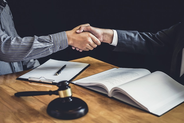 かなりの契約を議論した後弁護士と握手するビジネスマン