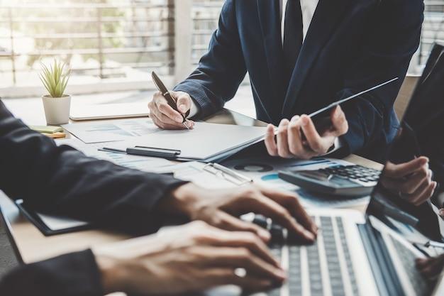 Два руководителя обсуждают финансовую статистику успеха проекта роста компании
