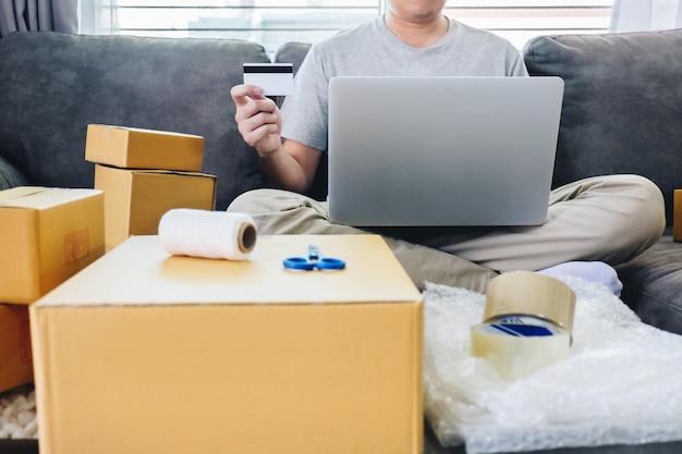 Молодой человек получил в интернет-магазине посылки с открывающимися ящиками и покупкой предметов с помощью кредитной карты