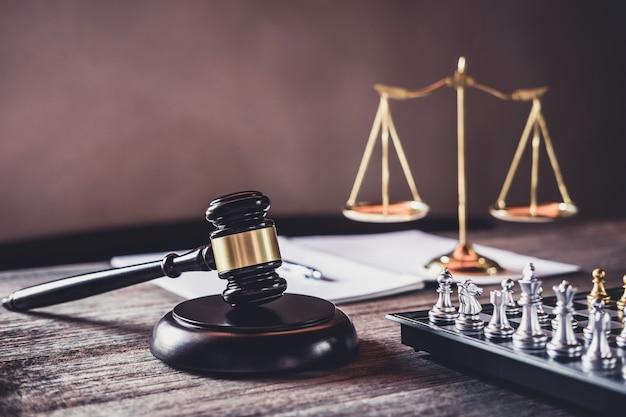 正義の弁護士、テーブルに取り組んでいるオブジェクトの文書と裁判官小槌
