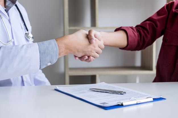 成功した後のメスの患者と手を振って白いコートでプロの男性医師が治療法をお勧めします