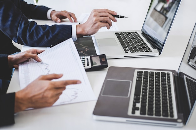 Бизнес-команда инвестиций работает с компьютером и анализ графиков фондового рынка торговли