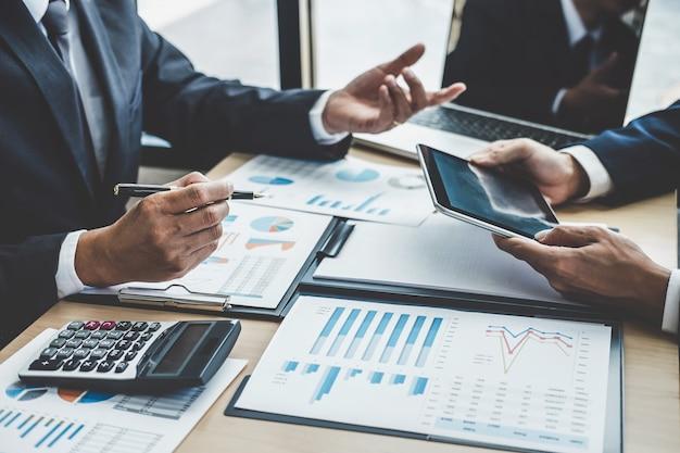 Финансовый менеджер обсуждает финансовую статистику успеха проекта роста компании, профессиональный инвестор работает над стартапом