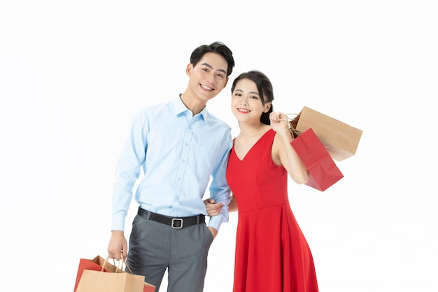幸せなカップルの男性と女性の買い物袋