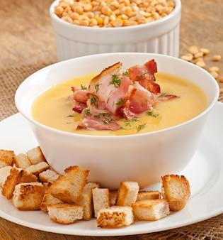 揚げベーコンとクルトン入りエンドウ豆のクリームスープ
